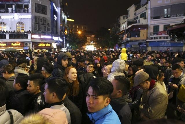 Dòng người từ các tuyến phố lân cận như Hàng Đào, Hàng Gai, Đinh Liệt, Cầu Gỗ liên tục dồn về quảng trường.