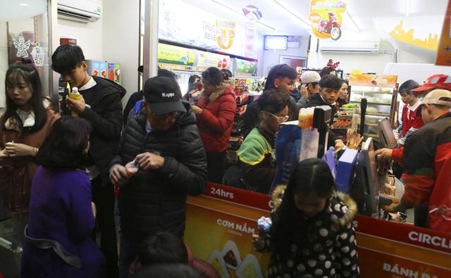 Các cửa hàng dịch vụ quanh khu vực này đông kín khách, các loại đồ uống và thức ăn nhanh bán không xuể.