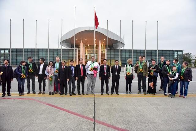 Ông Kux Timomr áo trắng và các vị khách quốc tế đầu tiên đến Hà Nội trong năm 2019