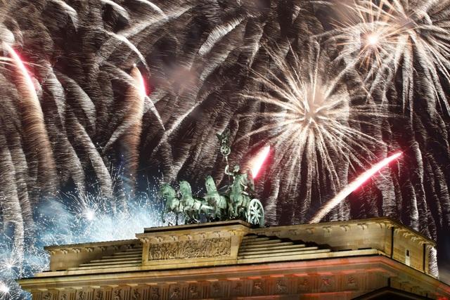 Pháo hoa rực sáng tại Cổng Brandenburg ở Berlin. (Ảnh: Sky)