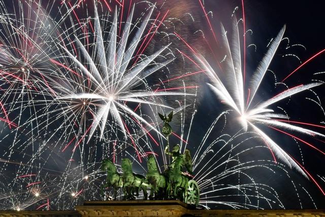Bữa tiệc ánh sáng pháo hoa tại Berlin trong đêm giao thừa. (Ảnh: Sky)