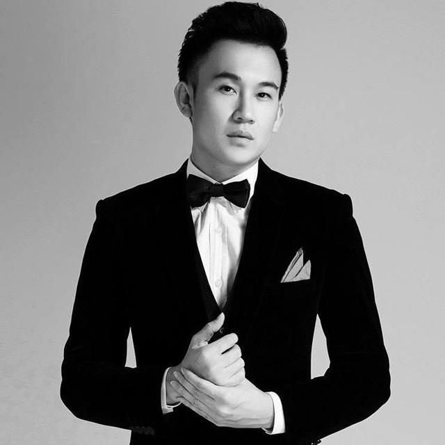 """Năm nay, Dương Triệu Vũ bước vào tuổi 35, anh tâm sự về năm cũ của mình: """"Một năm nữa đã qua và một tuổi mới sắp đến. Cái tuổi mới không biết sẽ mang cho tôi thêm chút thông minh, duyên dáng hay đẹp trai hơn không? Nhưng tôi vẫn luôn hy vọng là sẽ bình an""""."""