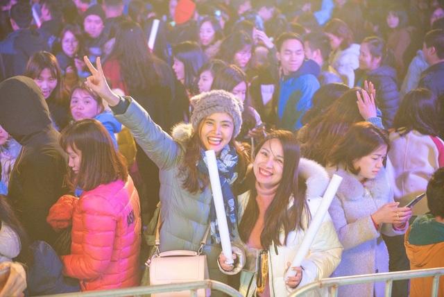 Trước buổi biểu diễn, hàng ngàn cư dân đã tập trung rất đông trước sân khấu, háo hức đón chào buổi đại nhạc hội lớn nhất trong năm.