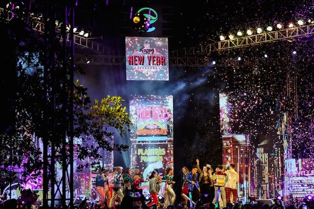 Không phải chịu cảnh tắc đường hay chen chúc tại các sự kiện ở khu vực trung tâm, người dân khu đô thị Ecopoark có thể thảnh thơi ăn tối cùng gia đình và đón năm mới trong ngay trong khu đô thị với một đại tiệc âm thanh, ánh sáng không kém phần hoành tráng.