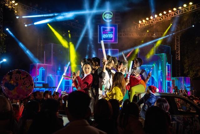 Cỗ máy thời gian phát ra những tín hiệu đầu tiên, vũ công trong trạng phục hiện đại xuất hiện cùng màn biểu diễn trên tiết tấu âm nhạc EDM mang đậm chất futuristic. Tất cả đã đưa khán giả trở về không gian của thập niên 80.