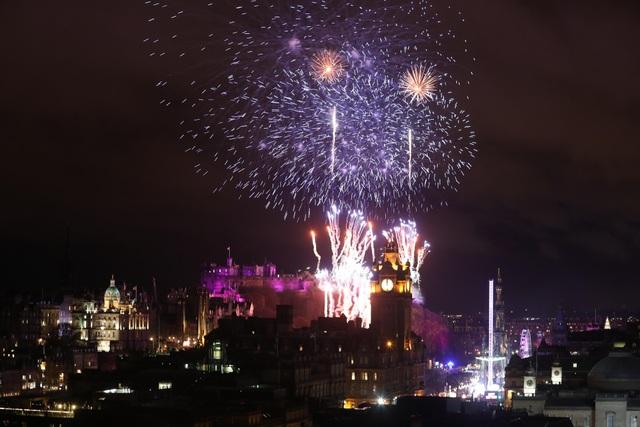 Pháo hoa được phóng trên bầu trời Edinburgh, Scotland. (Ảnh: Sky)