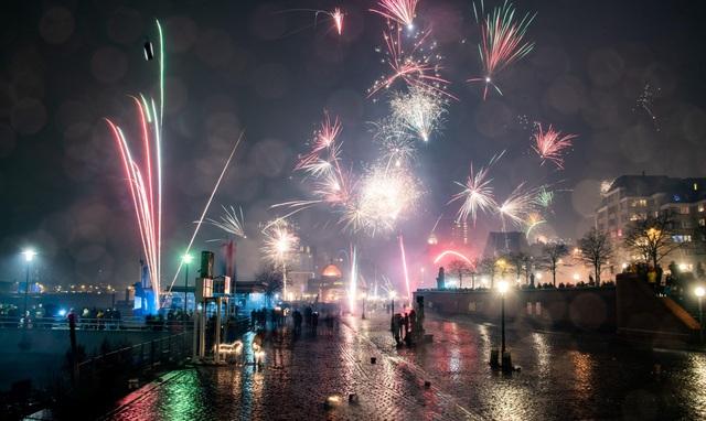 Pháo hoa được bắn trên bầu trời thành phố Hamburg, Đức trong đêm giao thừa. (Ảnh: Sky)