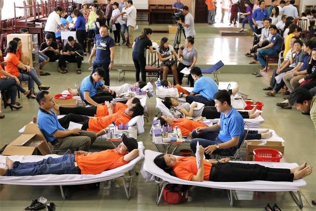 CBCNV các đơn vị thành viên EVNSPC đồng loạt tham gia hiến máu trong Tuần lễ hồng EVN lần thứ IV.