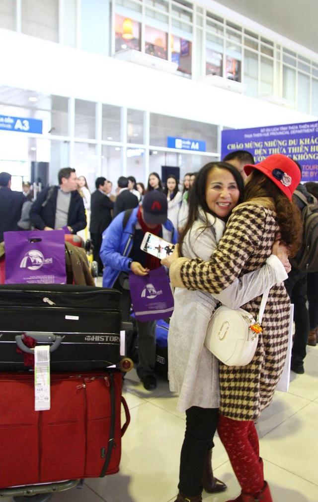 2 người thân gặp nhau vui mừng chảy nước mắt trên ga đến Phú Bài - Huế