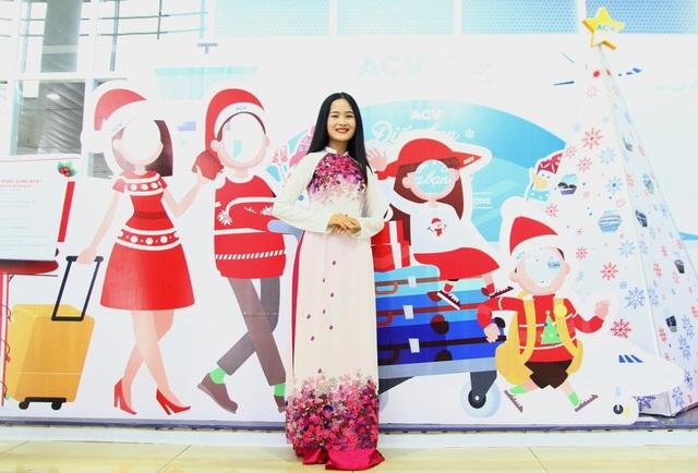 Những tà áo dài Huế tạo dáng trên sân bay đón du khách