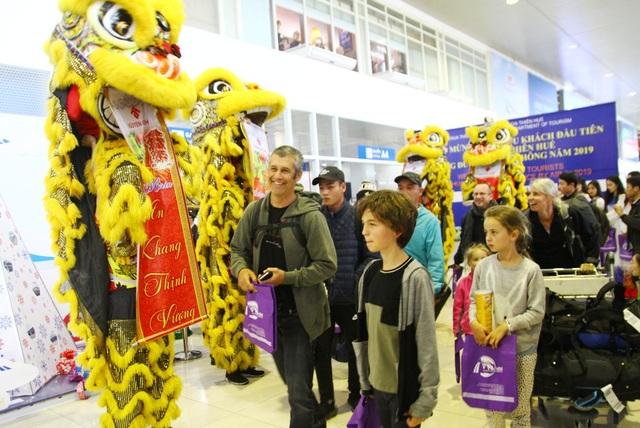 Bước vào ga đến, du khách rất thích thú trước nét văn hóa Á Đông đậm sắc màu
