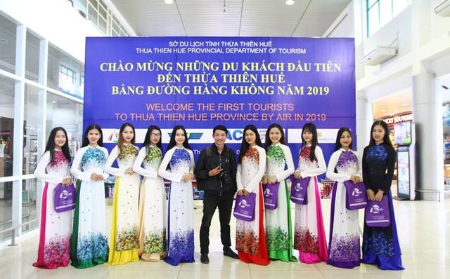 Đội áo dài người mẫu VK Star Huế thướt tha chụp ảnh lưu niệm cùng mọi người, chào mừng năm mới thành công
