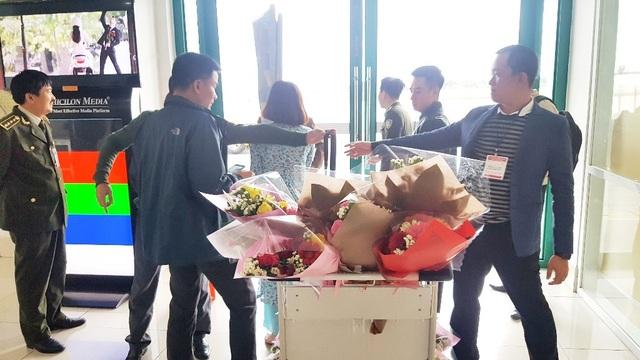 Hoa và quà chuẩn bị cho du khách