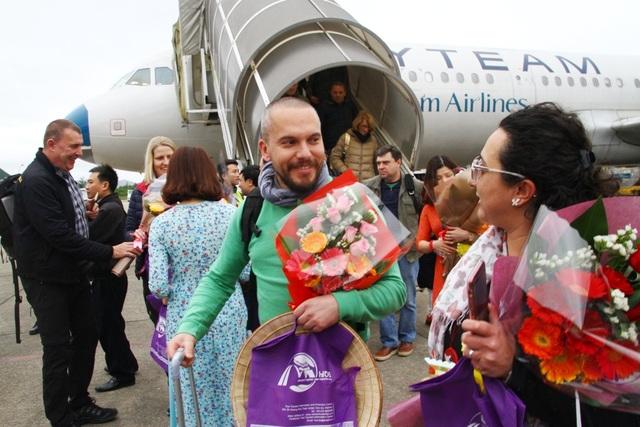 2 vợ chồng vị khách đầu tiên nước ngoài vui vẻ trao cho nhau lời hạnh phúc cho ngày đầu tiên Tết Tây