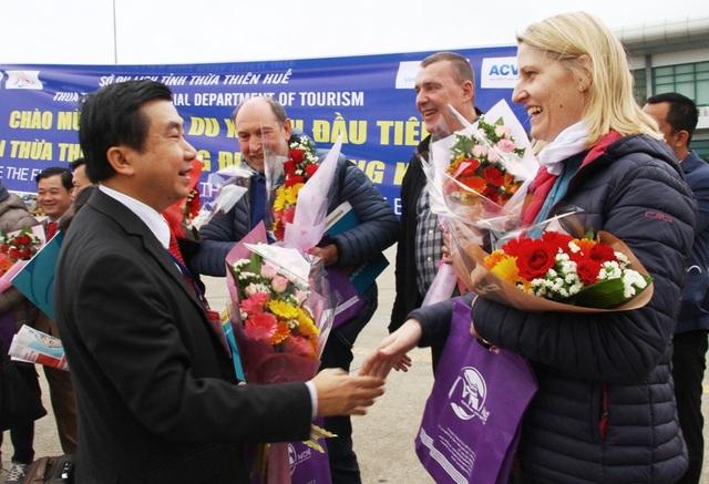 Ông Nguyễn Văn Phúc, Phó Giám đốc Sở Du lịch tỉnh Thừa Thiên Huế tặng hoa, quà cho khách Tây