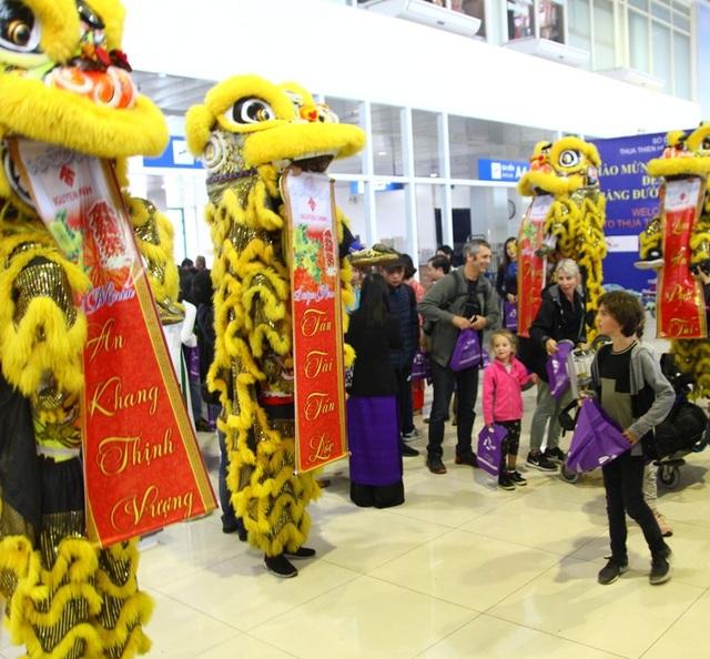 1 em bé Tây ngạc nhiên và thích thú trước màn Lân nhả câu đối mừng năm mới An Khang Thịnh Vượng - Tấn Tài Tấn Lộc