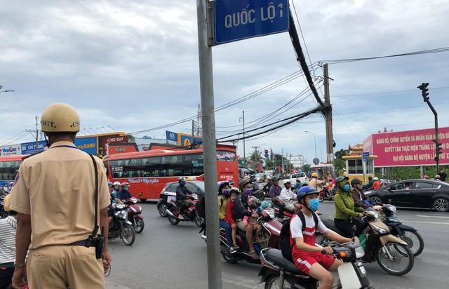 Lực lượng CSGT Đội Phú Lâm tăng cường điều tiết, phân luồng tại các giao lộ trên Quốc lộ 1, cửa ngõ từ các tỉnh miền Tây về TPHCM trong chiều 1/1/2019.