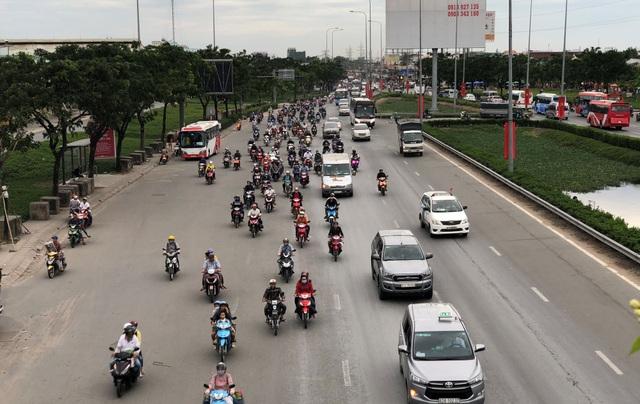Giao thông trên QL1 dù đông xe máy nhưng không xảy ra ùn ứ.