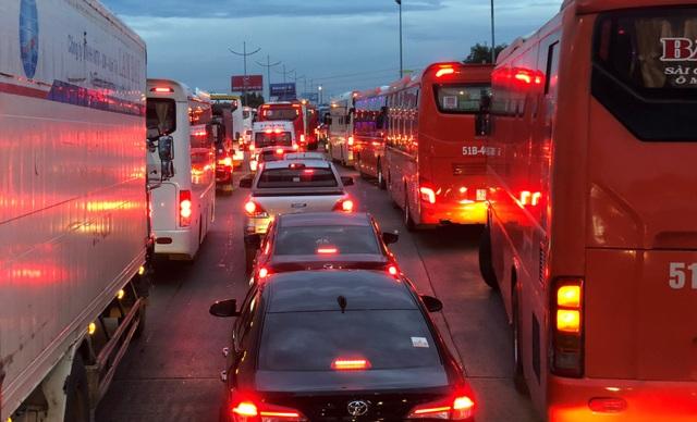 Càng về tối, xe cộ đổ về càng đông đúc khiến tình trạng ùn tắc vô cùng phức tạp.