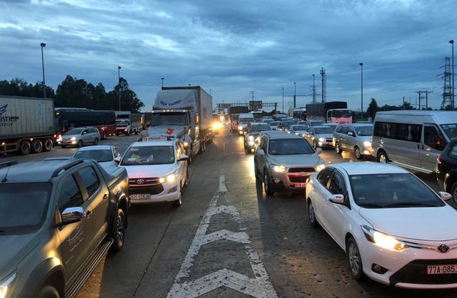 Cùng thời điểm người dân đổ về sau kỳ nghỉ lễ, lượng phương tiện dồn qua trạm thu phí chợ Đệm quá lớn khiến đường dẫn ở thị trấn Tân Túc, huyện Bình Chánh, TPHCM ùn tắc nghiêm trọng.