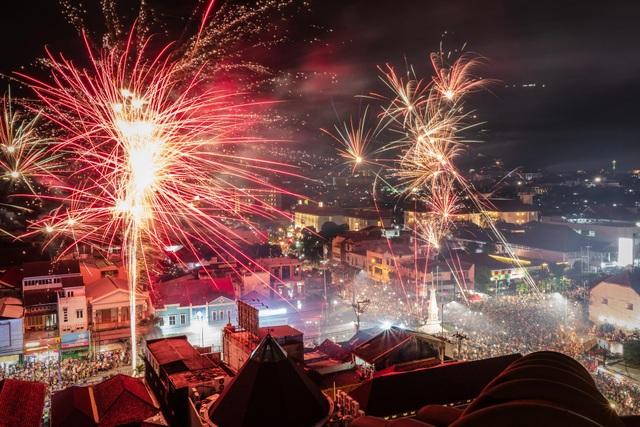 Bức tranh pháo hoa nhiều màu sắc trên bầu trời Yogyakarta, Indonesia trong thời khắc năm mới. (Ảnh: Sky)
