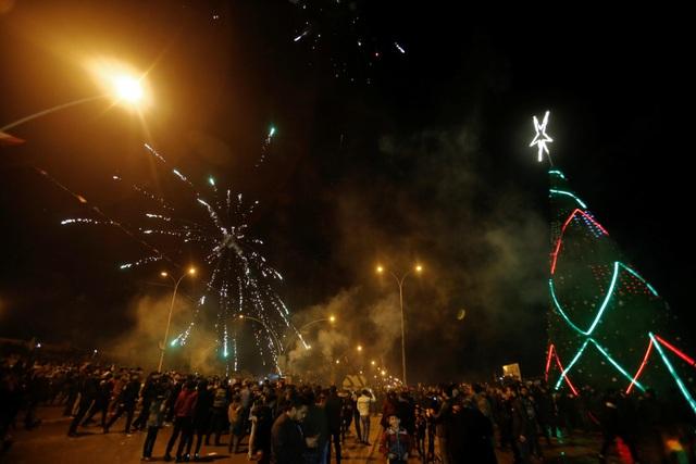 Người dân ở Mosul, Iraq đổ ra đường xem pháo hoa, chào đón năm mới 2019. (Ảnh: Sky)