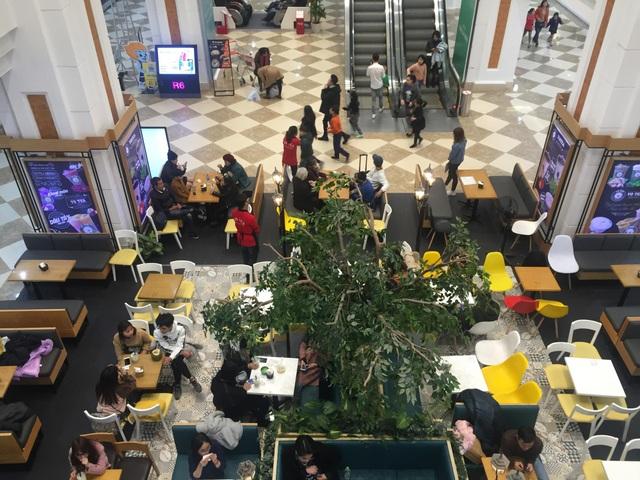 Nhiều người kéo đến trung tâm thương mại tận hưởng ngày nghỉ lễ cuối cùng của tết Dương lịch (Ảnh: Nguyễn Trường).