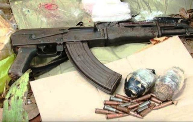 Khẩu súng AK, 2 quả lựu đạn và nhiều viên đạn cảnh sát thu giữ được tại hiện trường vụ buôn ma túy ngày 26/10.