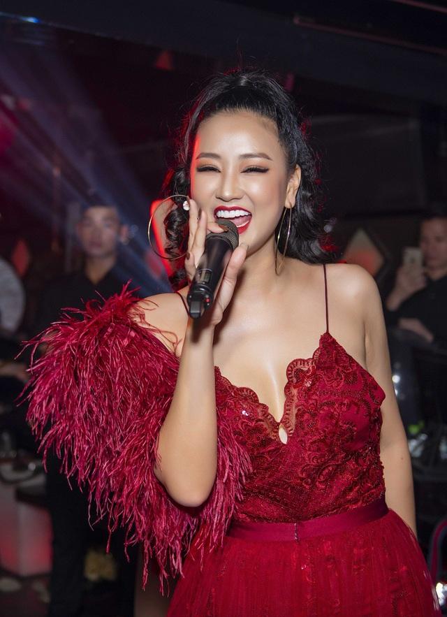 Trong đêm nhạc Lừa dối diễn ra tại Hà Nội, Maya biểu diễn liên tục gần 10 ca khúc sôi động gắn liền với tên tuổi của cô từ sau cuộc thi The Remix như: l'm not alone, Wow, Dựa...