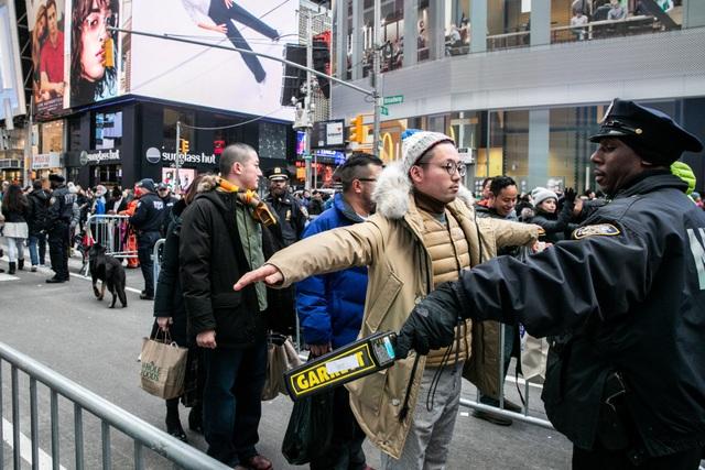 Cảnh sát New York kiểm tra an ninh trước thềm sự kiện đón năm mới. (Ảnh: Reuters)