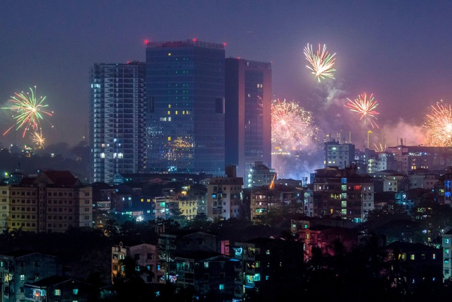 Những tòa nhà cao tầng tại Yangon, Myanmar trong đêm giao thừa. (Ảnh: Sky)