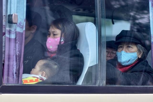 Nhiều người mệt mỏi sau hành trình dài trở về Hà Nội sau nghỉ lễ.