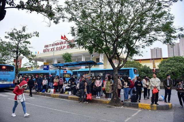 Chiều 1/1, hàng trăm xe khách chạy từ các tỉnh về bến xe Giáp Bát (Hà Nội) đưa người dân về Thủ đô sau kỳ nghỉ Tết Dương lịch.