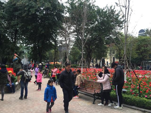 Bờ Hồ là địa điểm được nhiều du khách lựa chọn để tận hưởng ngày nghỉ lễ cuối cùng dịp Tết Dương lịch (Ảnh: Nguyễn Trường).