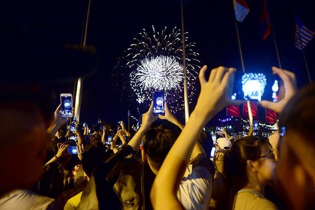 Bữa tiệc pháo hoa kéo dài 15 phút khiến nhiều người thích thú.