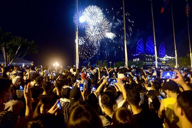 TPHCM: Độc đáo Thiên Hạc Lửa chao liệng trong tiệc pháo hoa mừng năm mới - 25