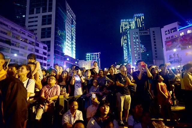 Một điểm bắn pháo hoa khác, tại phố đi bộ Nguyễn Huệ, biển người cũng chen chân cùng vui chơi đón năm mới.
