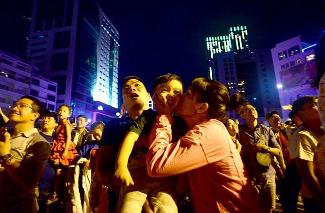 TPHCM: Độc đáo Thiên Hạc Lửa chao liệng trong tiệc pháo hoa mừng năm mới - 24