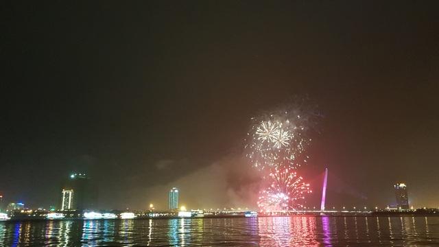 Pháo hoa rực sáng trên bầu trời Đà Nẵng giữa mưa