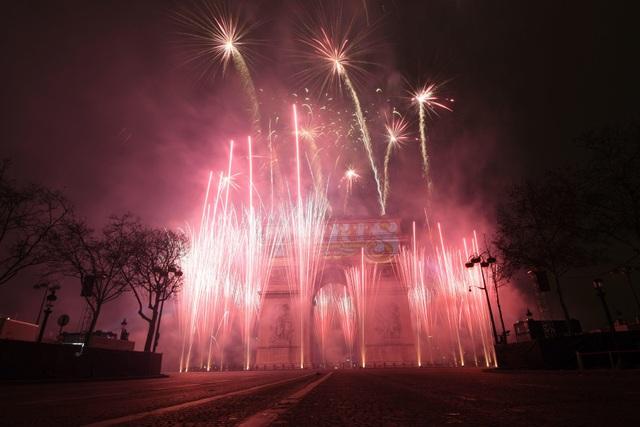Pháo hoa tỏa sáng trên bầu trời Paris trong đêm giao thừa. (Ảnh: Sky)