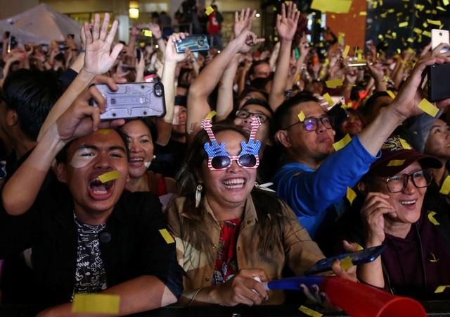 Đông đảo người dân tại thành phố Quezon, Philippines dự tiệc đón năm mới 2019. (Ảnh: Sky)
