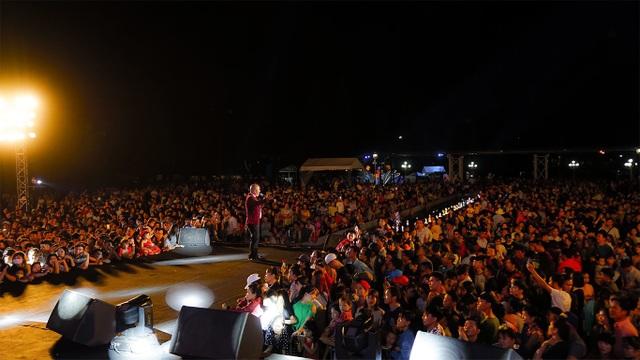 Hàng chục ngàn khán giả quây kín quảng trường La Mã