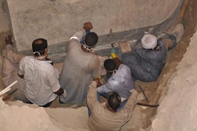 Hàng ngàn người xếp hàng đòi uống nước trong quách 4000 năm tuổi - Ảnh 2.