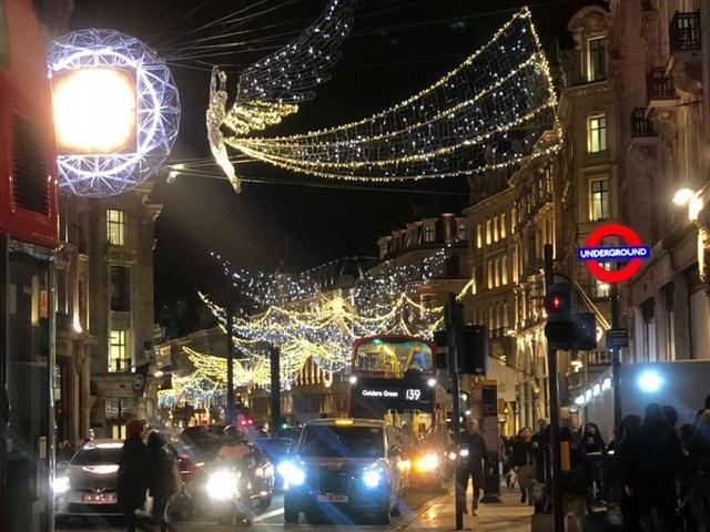 Đường phố được trang hoàng lộng lẫy để chào đón năm mới tại Anh.