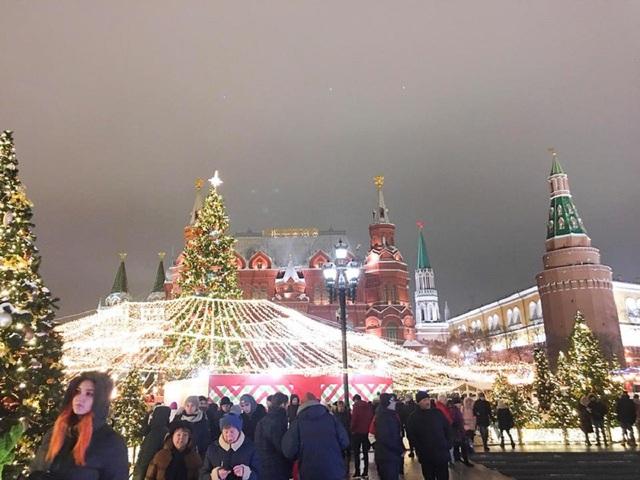 Các cây thông với đủ kích cỡ to, nhỏ, cùng các quả cầu tuyết lấp lánh được bố trí ở khắp các đường phố trung tâm, công viên, quảng trường...