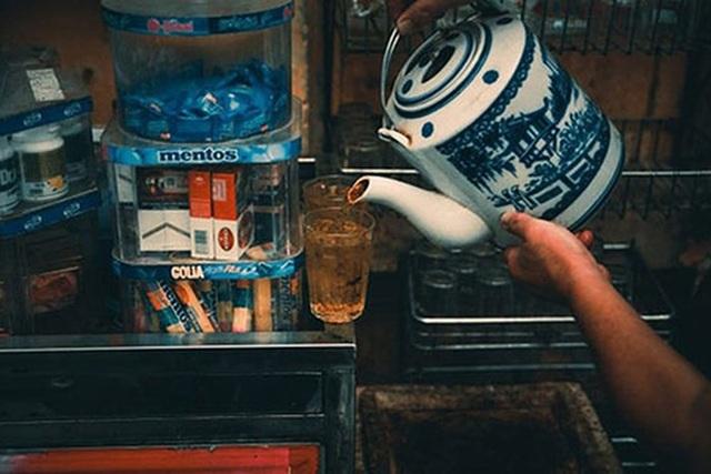 Đôi khi, chỉ một cốc nước chè và đĩa hướng dương cũng giúp con người ta thanh thản, khi biết dành khoảnh khắc cho riêng mình