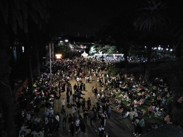 Các đường phố tập trung đông đúc người dân chờ xem bắn pháo hoa.