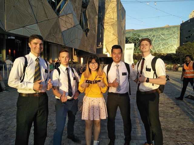Kim Oanh (ở giữa) cùng các bạn của mình tại Australia.