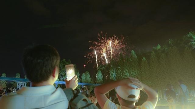 Những tràng pháo hoa đầu tiên vụt bay lên bầu trời