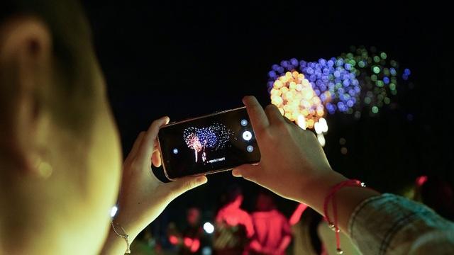 Khán giả ghi lại trọn khoảnh khắc chào năm mới vào điện thoại của mình